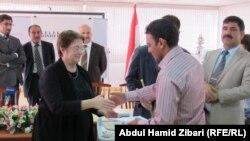 توزيع الشهادات على المتدربين العراقيين