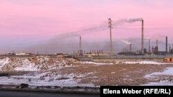 Дым от металлургического комбината «АрселорМиттал Темиртау» относит в сторону города. Темиртау, 12 ноября 2019 года.