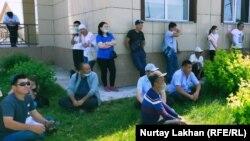 Жамбыл ауданындағы халыққа қызмет көрсету орталығына келген адамдар. Алматы облысы, 26 мамыр 2020 жыл. Көрнекі сурет.