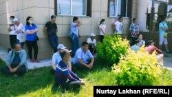 Стоящие у ЦОНа в селе Узынагаш казахи из-за рубежа, которые не могут получить вид на жительство в Казахстане. Алматинская область, 26 мая 2020 года.