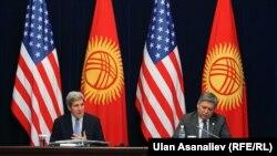 Госсекретарь США Джон Керри и министр иностранных дел Кыргызстана Эрлан Абдылдаев. Бишкек, 31 октября 2015 года.