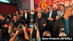 Представители правящей Демократической партии социалистов празднуют победу на парламентских выборах, Подгорица, 16 октября 2016 года.
