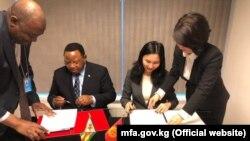 Постоянные представители Кыргызстана и Зимбабве в ООН Миргуль Молддоисаева и Фредерик Мусивава Макамуре Шава. 7 декабря 2017 г.