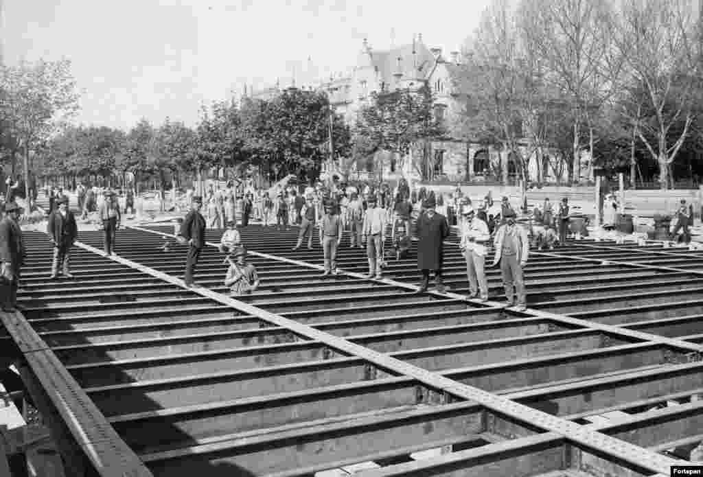 Строительство крыши станции метро Dosza Gyorgy Road, 1893 год. Метро Будапешта–одно из старейших в мире. Старше него только лондонская подземка