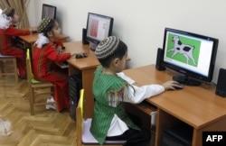 Дети в интернет-кафе в Туркменистане. Ашгабат, 22 июля 2013 года.