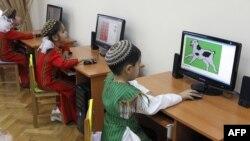Дети в компьютерном центре в Ашгабате.