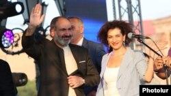 Премьер-министр Армении Никол Пашинян с супругой Анной Акопян во время митинга на площади Республики в Ереване, 17 августа 2018 г.