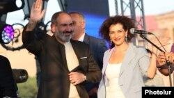 Премьер-министр Армении Никол Пашинян и его супруга Анна Акопян (архив)