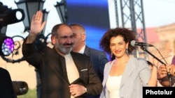 Armenian Prime Minister Nikol Pashinian with his wife Anna Hakobian at a rally in Yerevan, August 17, 2018