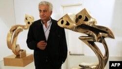 پرویز تناولی در کنار مجسمههای «هیچ» که جزو معروفترین آثارش بهشمار میآید