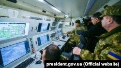Президент України Петро Порошенко під час випробувань ударного безпілотника Bayraktar, прийнятого на озброєння ЗСУ. Хмельницька область, 20 березня 2019 року