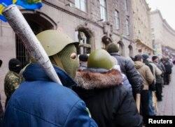مخالفان در حال خروج از ساختمان شهرداری