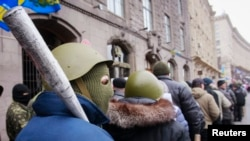 Участники протестов в Киеве покидают здание городской мэрии