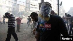 Protestuesit për Morsin mbrohen nga gazi lotësjellës në një shesh të kryeqytetit Kajro në Egjipt