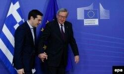Алексіс Ципрас (л) і Жан-Клод Юнкер перед початком зустрічі у Брюсселі, 4 лютого 2015 року