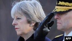 Тереза Мэй, премьер-министр Великобритании (слева).