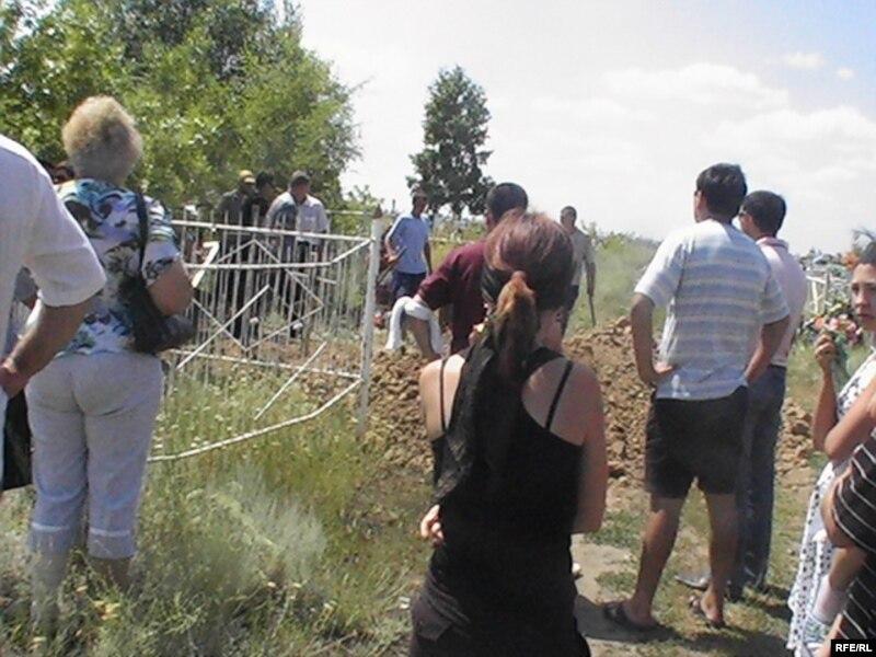 Похороны водителя-дальнобойщика Ивана Назарова. Алга, 13 июля 2009 года.