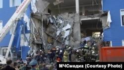 Спасатели работают у здания рухнувшей казармы