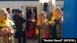 Ҳайати ҳунармандони туркман ҳангоми вуруд ба Душанбе