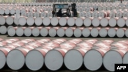 از آنجا که نزديک به ۸۵ درصد از درآمد ارزی ايران وابسته به صادرات نفت است، با فرو رفتن اقتصادهای جهان در رکود و کاهش تقاضا، بهای نفت و در نتيجه، درآمد ايران کاهش خواهد يافت. (عکس: AFP)