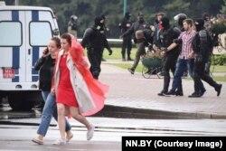 На этой фотографии – задержание Алексея Романова, его ведут, заставив опустить голову