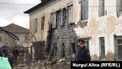 Сотрудники полиции у двухэтажного жилого дома по Уральской улице в микрорайоне Береке, стена которого обвалилась. Петропавловск, 21 апреля 2018 года.