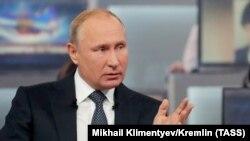 Президент России Владимир Путин во время прямой линии. Москва, 7 июня 2018 года.