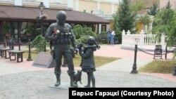 """В аннексированном Крыму """"вежливым людям"""", они же """"зеленые человечки"""", новые власти поставили памятник"""