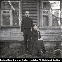 """Настя Креслина и Коля Костылев у своего дома в Подмосковье. Обложка альбома """"Сладкая жизнь"""""""