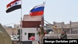 Идлиб провинциясының шығысында Абу Духур елді мекенінде ту тігіп жатқан Ресей сарбаздары. Сирия, 25 қыркүйек 2018 жыл.