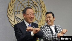 """Këngëtari Psy duke i vallëzuar disa hapa """"Gangnam Style"""" me sekretarin e përgjithshëm të OKB-së Ban Ki-moon më 23 tetor 2012"""