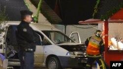 Полицейские исследуют автомобиль, которым был совершен наезд на посетителей рождественского рынка в Нанте, 22 декабря 2014 года.