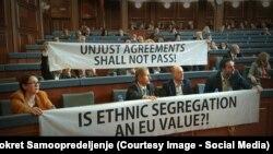 "Transparent poslanika Samoopredeljenja ""Da li je etnička segregacija vrednost EU"""