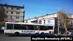 Пассажирские автобусы с нанесенным на корпус логотипом «Казахмыса». Жезказган, октябрь 2013 года.