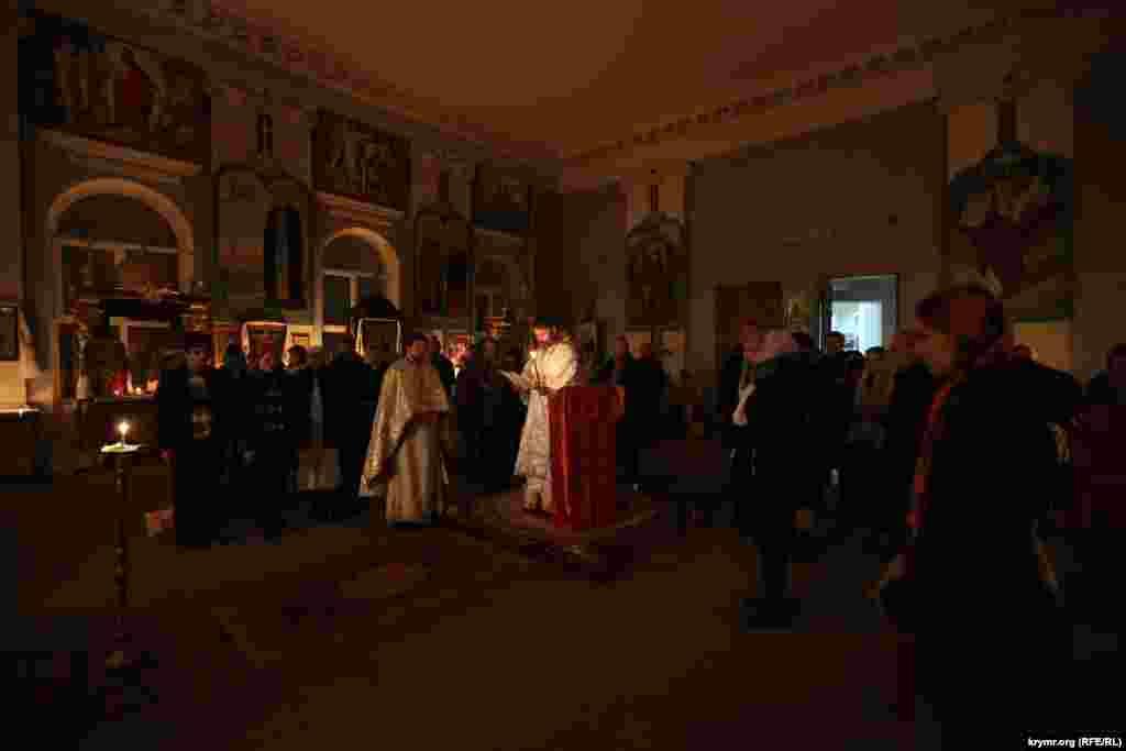 Aqmescit arhiyepiskopı ve Qırım Klimenti çıraqlar ile Paşaliya ibadetini qıldı, 2015 senesi aprel 12 künü