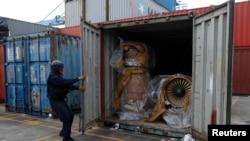 Një polic i tregon motorët e aeroplanëve luftarakë që u gjetën në anijen e Koresë Veriore