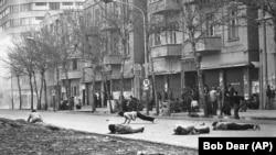 თეირანში ირანის არმიის ჯარისკაცები ისვრიან, მთავრობის მოწინააღმდეგე დემონსტრანტები კი ტყვიებისგან დამალვას ცდილობენ. 1979 წლის 26 იანვარს, ირანის პოლიტიკური არასტაბილურობისა და სახელმწიფო მმართველობის ვაკუუმის გამო, მძიმე დაპირისპირება მოხდა.