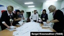 Подсчет голосов на избирательном участке после завершения голосования на Сахалине. 18 марта 2018 года.