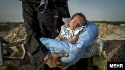 نوزادی که در کنار اتوبانی در حاشیه تهران به دنیا آمده، در آغوش مادر معتادش