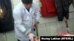 Жәнібектің ет шауып жатқан сәті. Алматы, 7 ақпан 2012 жыл.