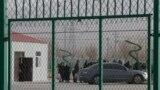 Люди стоят в очереди на свидание с родными в учреждении в китайском регионе Синьцзян, называемом властями страны «лагерем профподготовки». 3 декабря 2018 года.