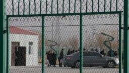 Саяси үйрену лагерінде отырған туыстарымен кездесуге келген адамдар кезек күтіп тұр. Қытай, Шыңжаң-ұйғыр автономиялық өлкесі, 3 желтоқсан 2018 жыл.