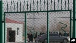 На въезде на территорию «лагеря перевоспитания» в Артуше, Синьцзян, декабрь 2018 года.