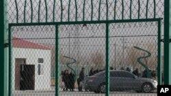 Ограждение вокруг «лагеря политического перевоспитания» в Синьцзяне. 3 декабря 2018 года.