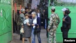 سيدتان مصريتان تدخلان الى مركز إنتخابي في القاهرة