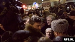 Russia -- Lyudmila Alekseyeva and Boris Nemtsov on the march of dissent, 31Jan2010