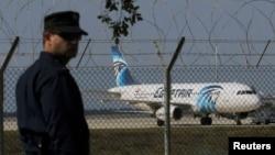 Поліцейський біля викраденого літака EgyptAir у міжнародному аеропорті Ларнаки. 29 березня 2016 року
