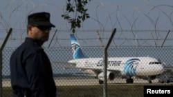 Самолет EgypAir, посаженный по требованию угонщика на Кипре 29 марта 2016 года