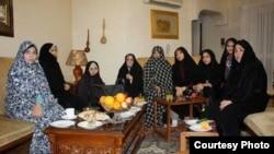 گروهی از همسران بازداشتشدگان سیاسی در منزل ابطحی