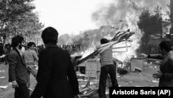 ანტისამთავრობო გამოსვლების დროს, 1978 წლის 5 ნოემბერს, აქციის მონაწილეები ირანის დედაქალაქში ქუჩებში ანთებდნენ ცეცხლს. მოგვიანებით, სამხედროებსა და სტუდენტებს შორის შეტაკების შედეგად, თეირანის უნივერსიტეტში დაიღუპა რამდენიმე ადამიანი.